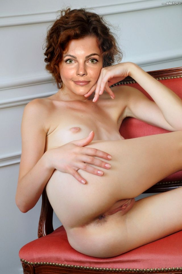 Camren Bicondova Nude Beautiful Body Shy 004