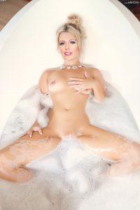 Blake Lively Tits 006